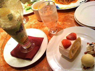 和風パフェと苺のロールケーキ