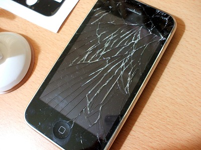 フロントガラスにひびが入ったiPhone
