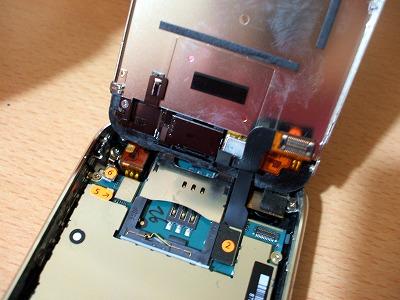 iPhoneの内部右側に3カ所のコネクタ