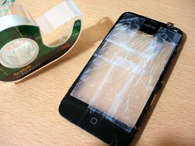 iPhoneの割れたフロントガラスにテープ