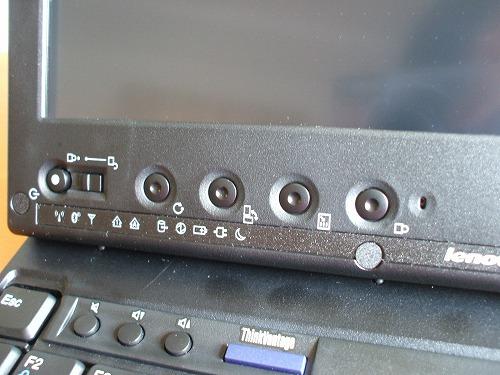 ディスプレイ左側に配置されたボタン