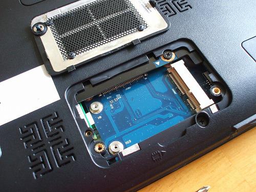 U450p Mini PCI ExpressCardスロットカバーを開いた所