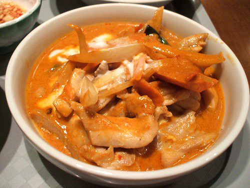 ハーフ鶏肉のレッドカレー炒め