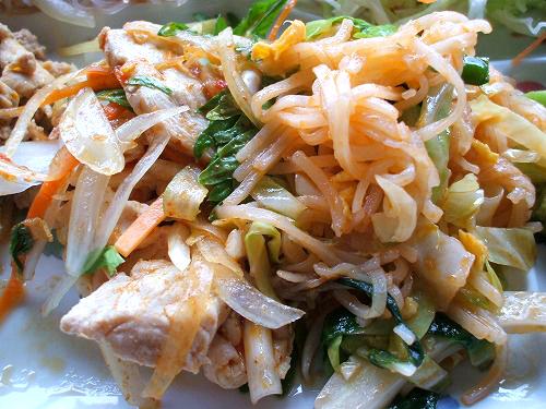 香味野菜とチキンのサラダにパッタイ