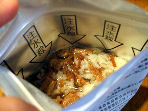 アルファ米にお湯を注ぎます