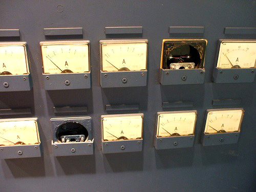 壁と一体化した計器類