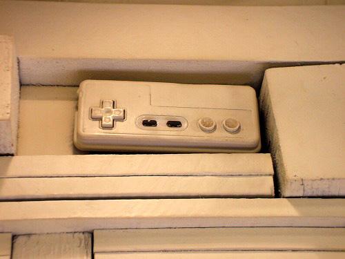 壁と一体化したファミコンのコントローラー