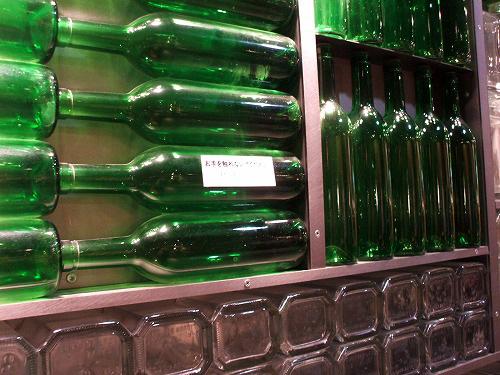 壁と一体化したガラス瓶