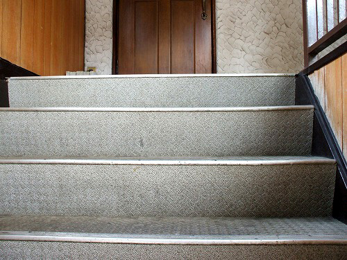 Redpepperのあるアパートの階段