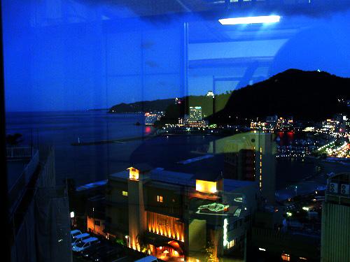 部屋の窓からの夜景