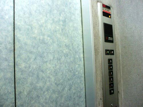 エレベータで3Fまで上がります
