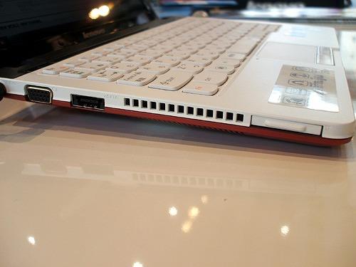 IdeaPad U160 左側面