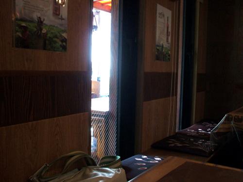 ジャスミンタイ壁沿いの席