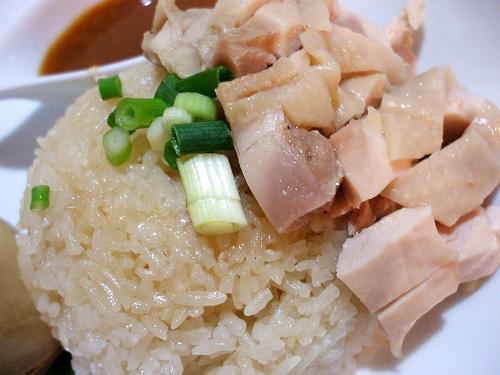スープで炊いたタイ米と蒸し鶏