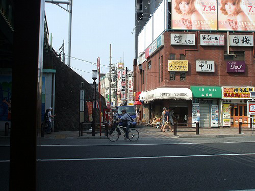 駅の向かい側の道路