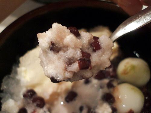 ミルクと小豆がまざった氷