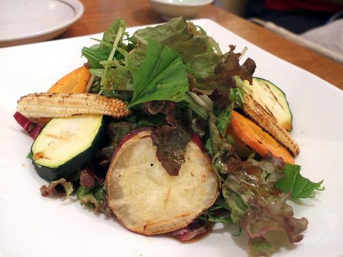 焼き野菜の入った新鮮鎌倉地野菜サラダ