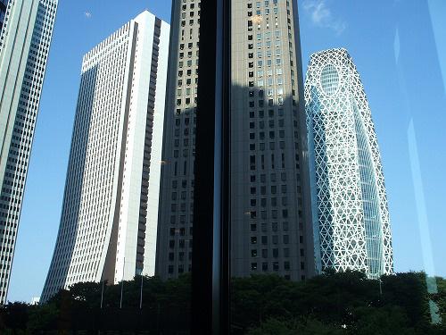 窓際の席からのビルの風景