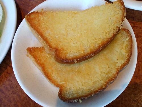 サラダバーについてくるチーズのパン