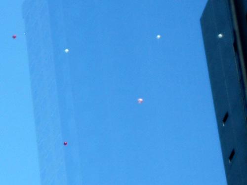 ビルの周りにも風船