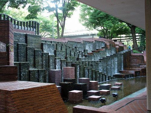 ビル敷地内の池