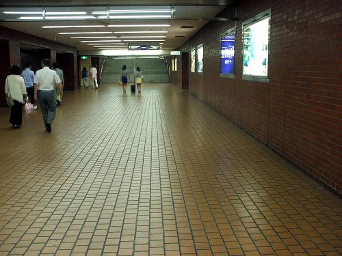 新宿地下の通路