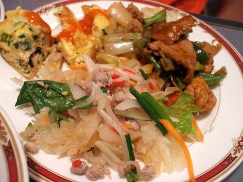 タイ風オムレツに炒め物にラープ