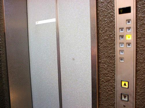 エレベータでビルの6Fへ