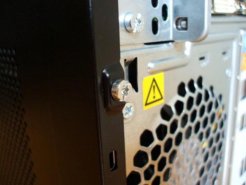 HPE 290jp 筐体のカバーに取り付けられたネジ