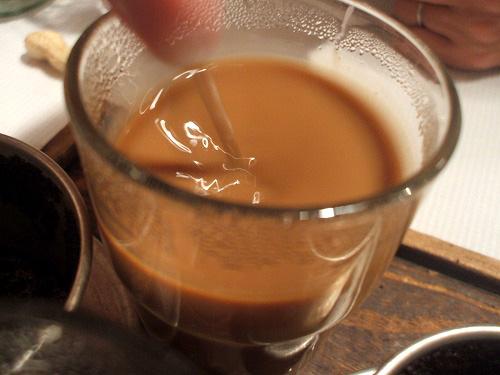 コーヒーとコンデンスミルクを混ぜます