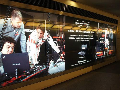 六本木駅に向かう通路の広告