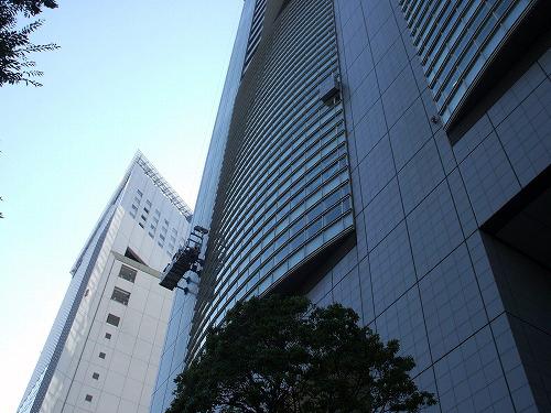 小田急サザンタワーの隣のビル