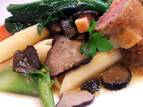 パスタや野菜、黒トリュフ