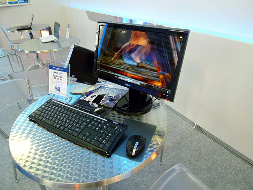 EeeBOX PC EB1501Pが設置されたデスク