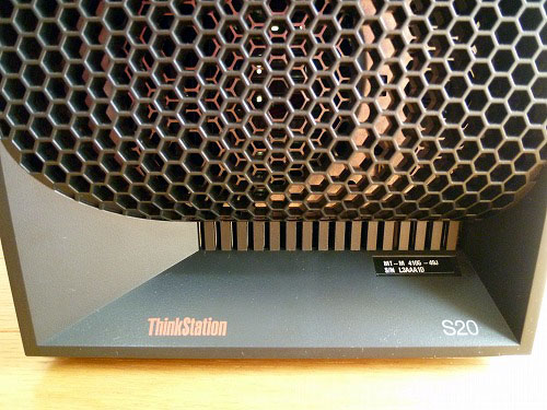 ThinkStation S20 前面下部の製品ロゴ