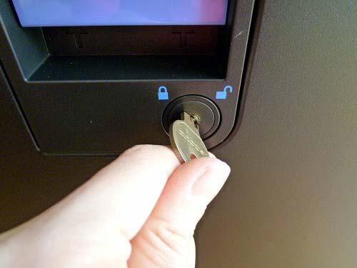 側面カバーの鍵を外します