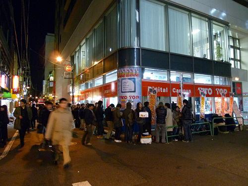 TWOTOP前で待つ人達の行列