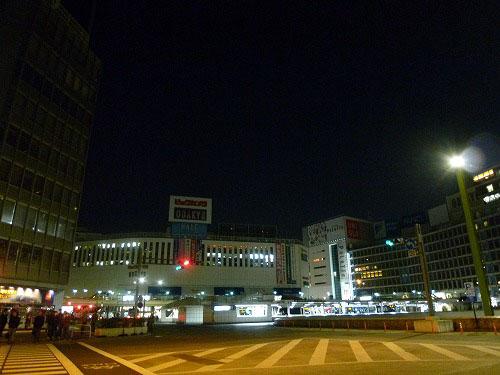 節電中の新宿駅