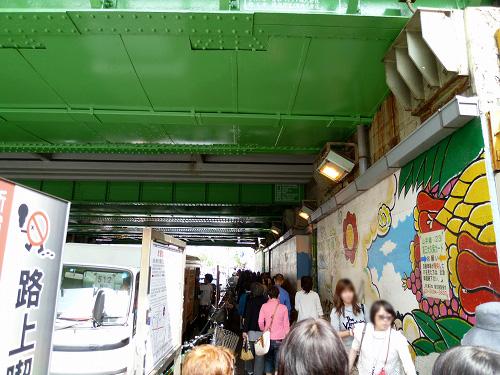 新大久保駅の高架下