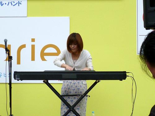 電子ピアノの演奏者