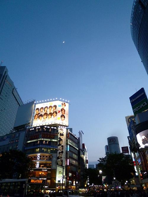 夕方の渋谷と月