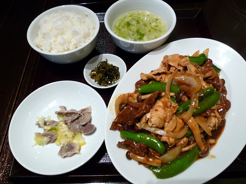 牛肉・鶏肉・スナップエンドウのピリ辛炒め定食