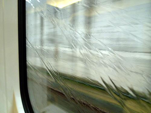 ガラスを流れる雨水