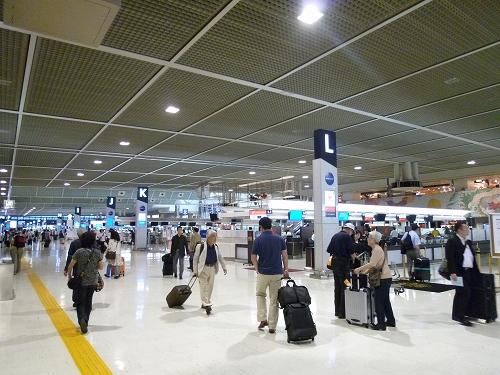成田空港 チェックインカウンター