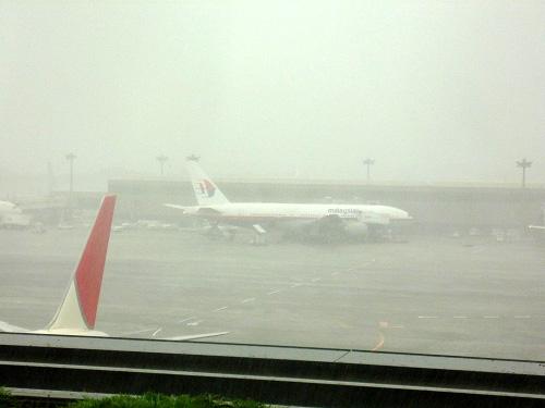 雨の飛行場