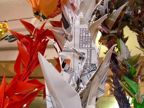 鶴で出来た商店街の装飾