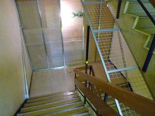 7Fから6Fへ下りる階段