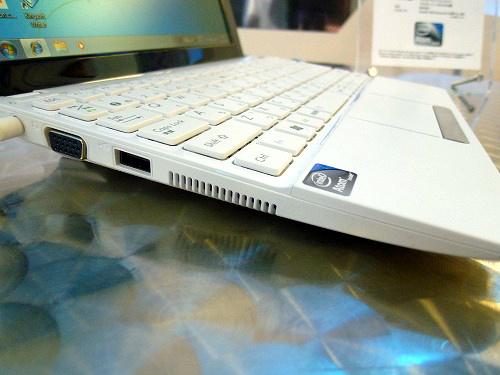 Eee PC 1015PEM の左側面