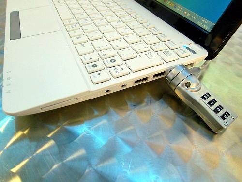Eee PC 1015PEM の右側面